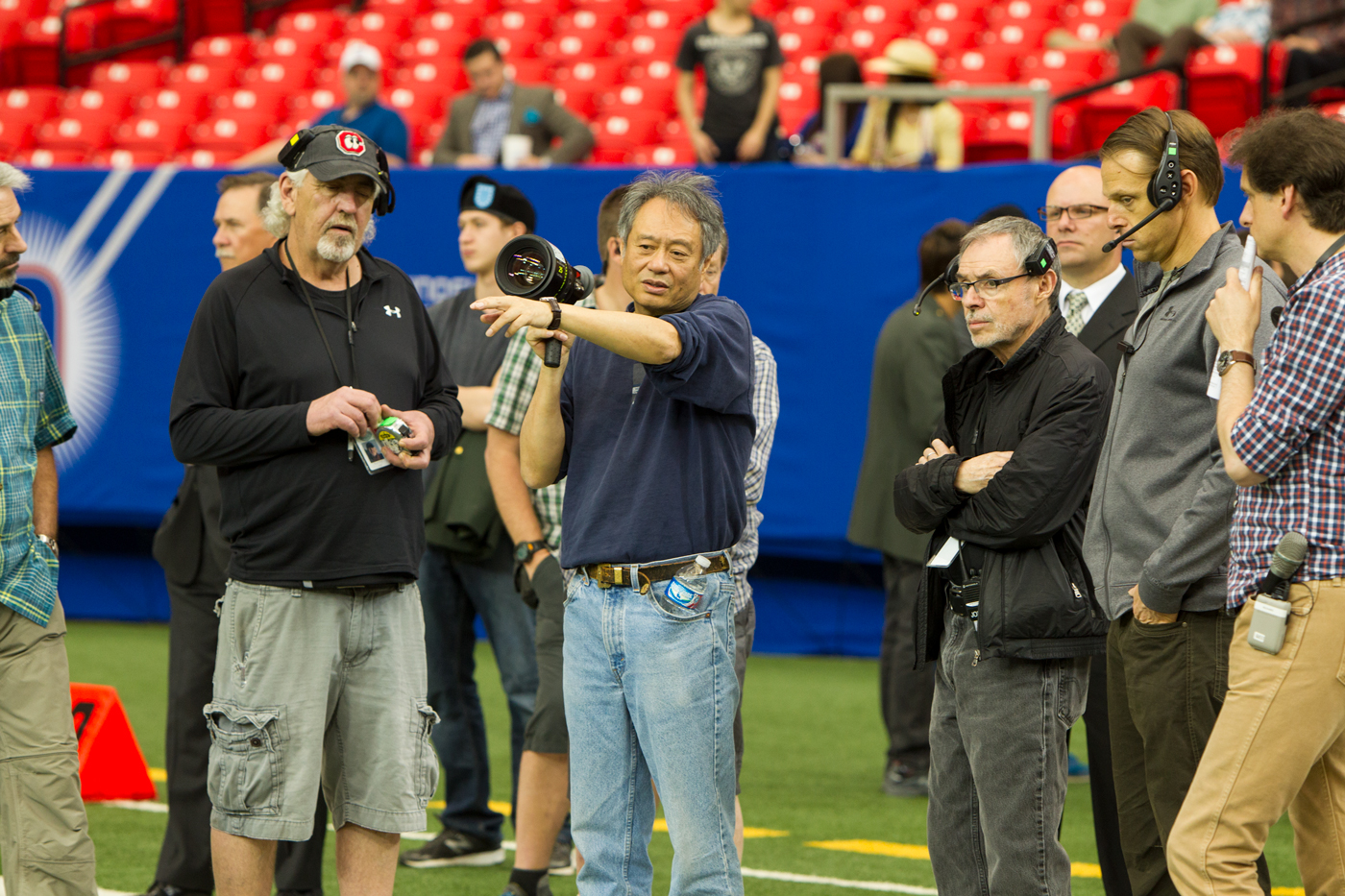 John Toll junto a Ang Lee en el rodaje de Billy Lynn's Long Halftime Walk